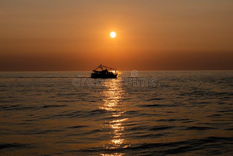 Силуэт плавания корабля на море стоковые изображения