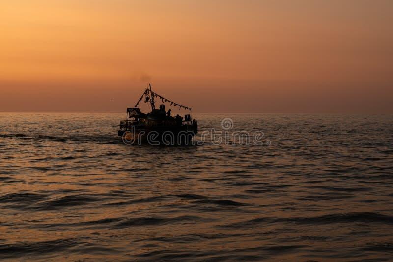 Силуэт плавания корабля на море стоковые фото
