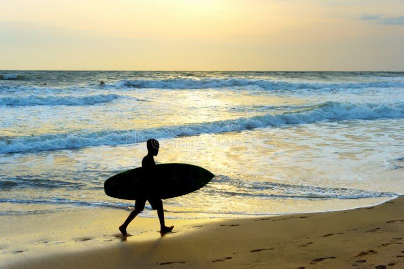 Силуэт пляжа прибоя мальчика стоковое изображение rf