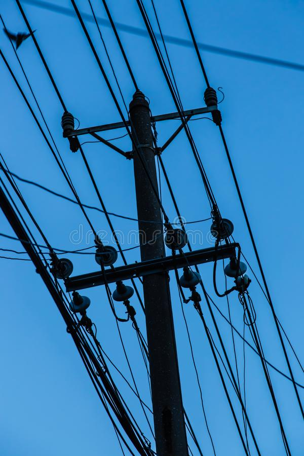 Силуэт поляка проводов серии в голубом небе стоковые фотографии rf