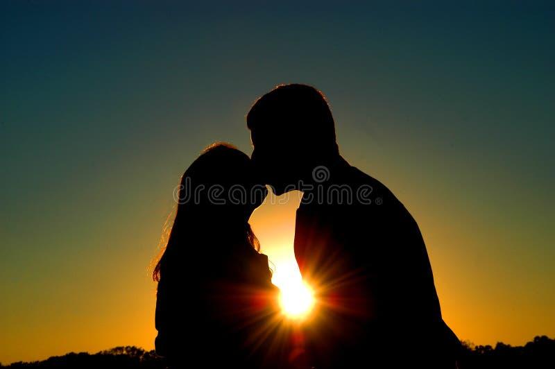 силуэт поцелуя стоковое изображение