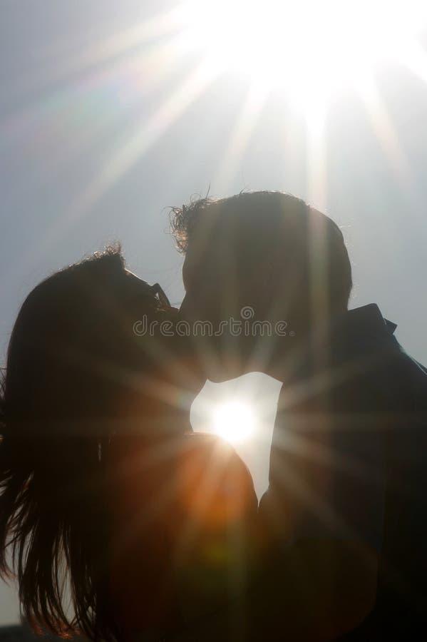 силуэт поцелуя стоковая фотография rf