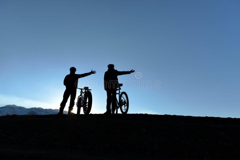 Силуэт 2 приключений подростка велосипедиста стоковое фото