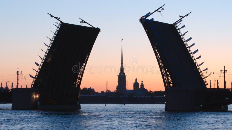 Силуэт раскрытого моста дворца и часовня крепости в утре - Санкт-Петербурга Питера и Пола, России стоковая фотография