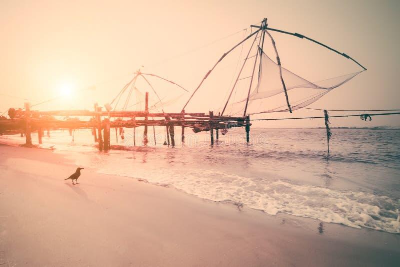 Силуэт рыболовных сетей на заходе солнца Cochin, южная Индия, Керала стоковые фото