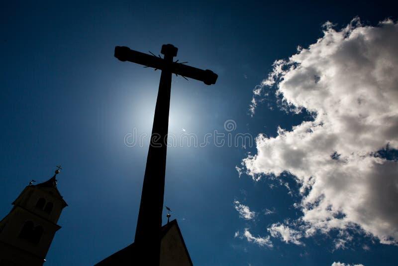 Силуэт символа вероисповедания концепции перекрестный над небом Христианская концепция предпосылки вероисповедания Перекрестный с стоковое изображение rf