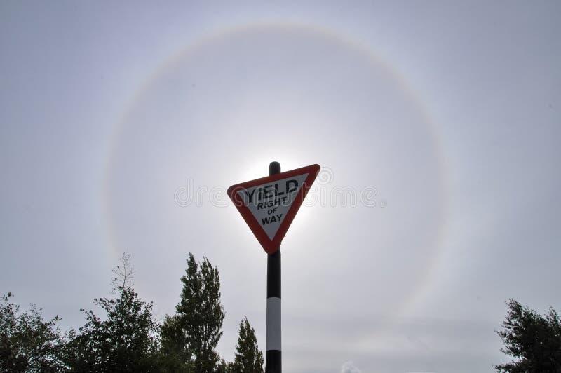 силуэт солнечный ореол в полдень с голубым облаком неба, с фоном подвески стоковое изображение rf
