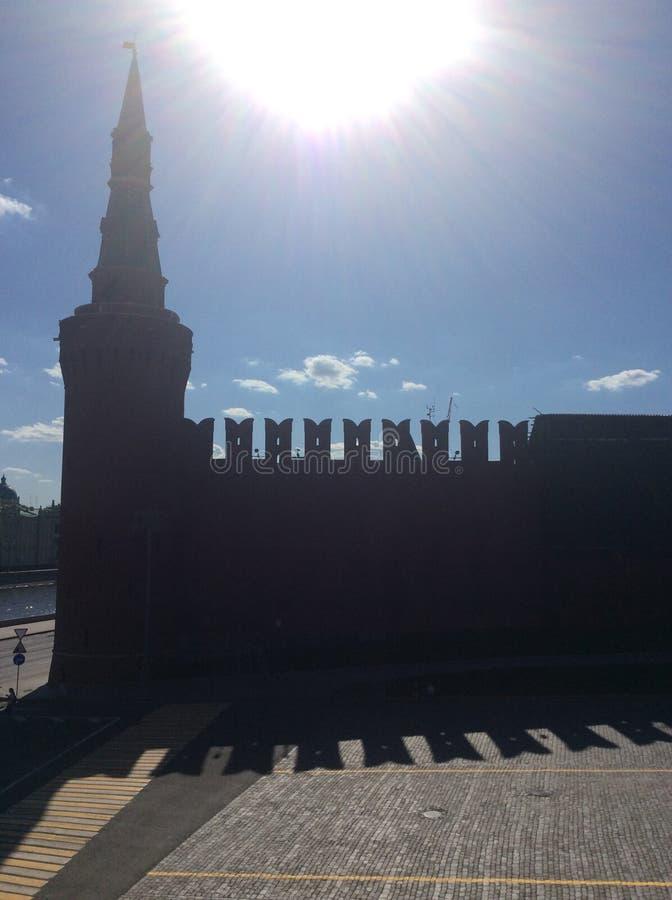 Силуэт стены Москвы Кремля в солнечном дне стоковая фотография