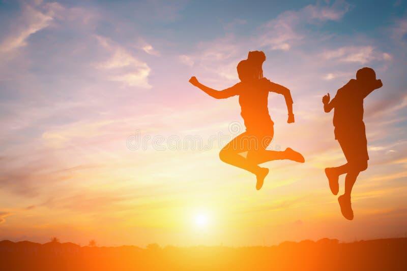 Силуэт счастливых людей стоковая фотография