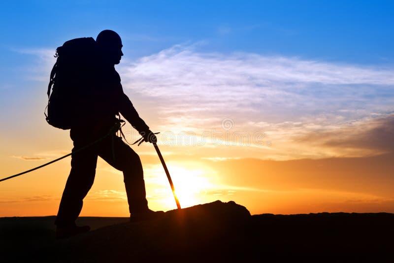 силуэт утеса альпиниста стоковая фотография rf