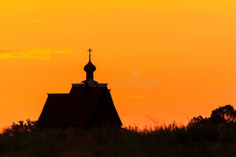 Силуэт церков захода солнца перекрестный в облаках неба захода солнца Силуэт церков захода солнца стоковые изображения
