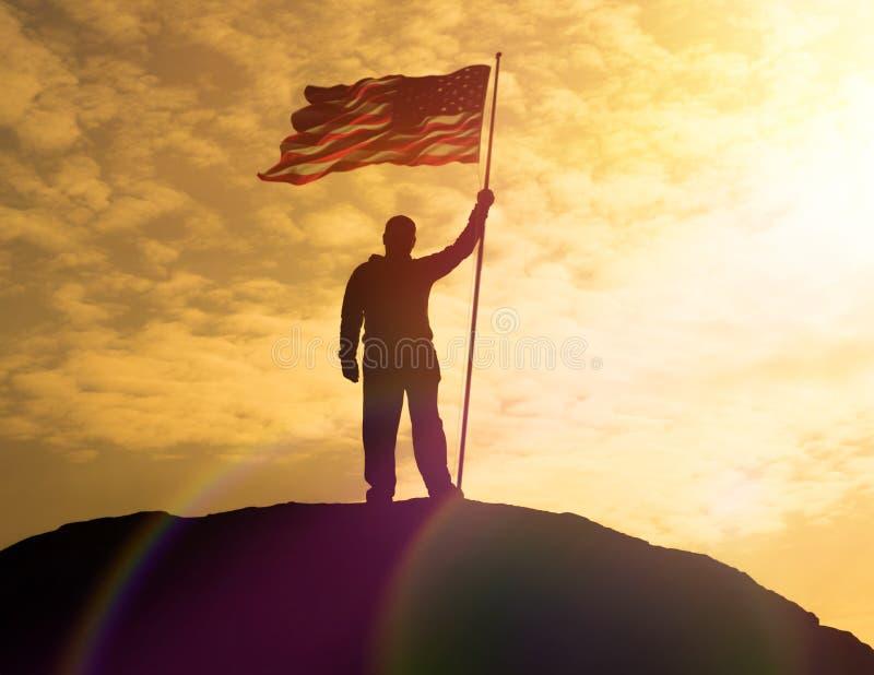 Силуэт человека держа флаг США американский на горе иллюстрация вектора