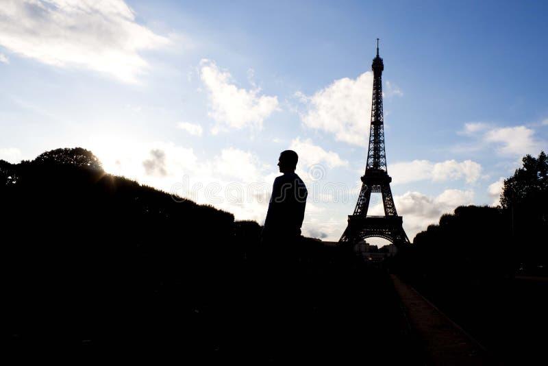 Силуэт человека и Эйфелевой башни стоковые фото