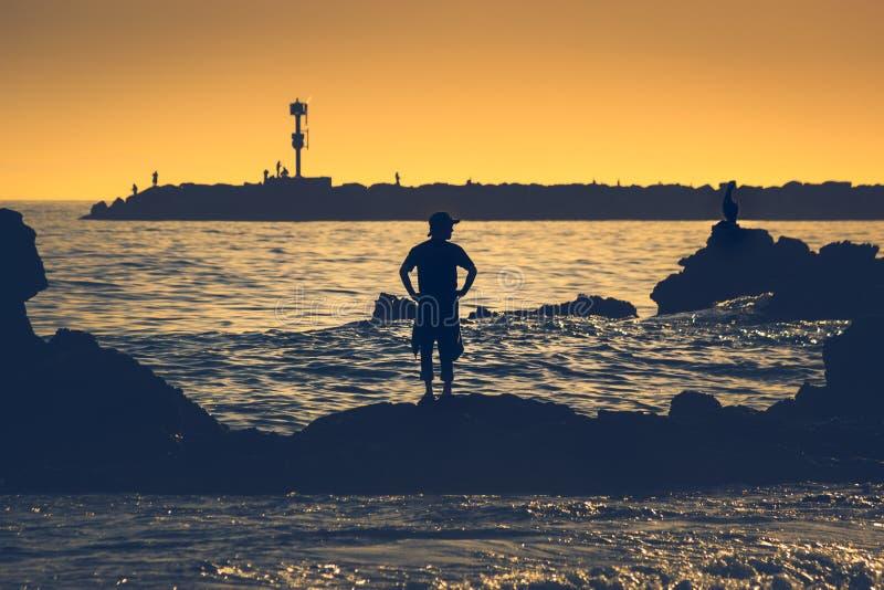 Силуэт человека на меньшем пляже короны стоковое фото rf