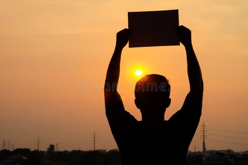 Силуэт человека показывает пустую доску знака стоковое изображение rf