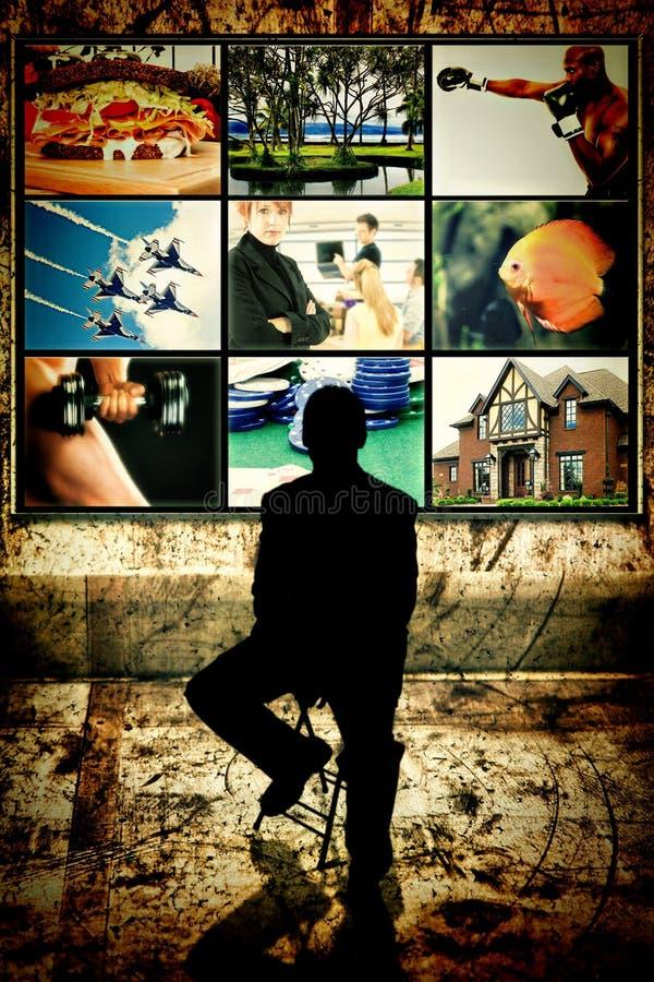 Силуэт человека сидя перед видео- стеной стоковые изображения