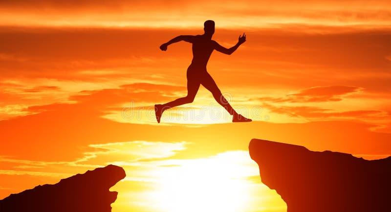 Силуэт человека скачет через зазор между холмами стоковые изображения