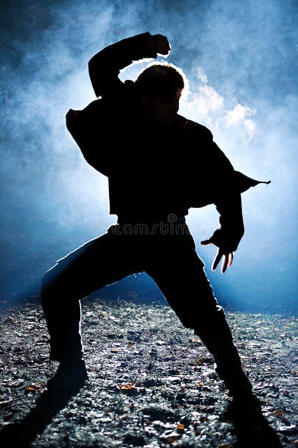 силуэт человека танцы стоковое изображение rf