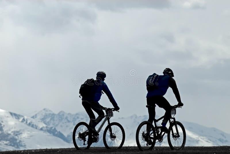 силуэт 2 горы велосипедистов стоковое фото