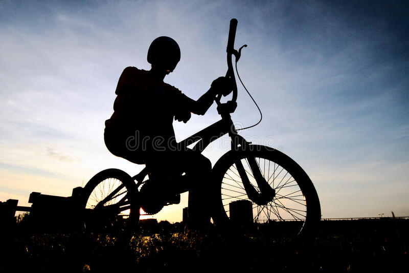 силуэт bmx велосипедиста стоковые изображения