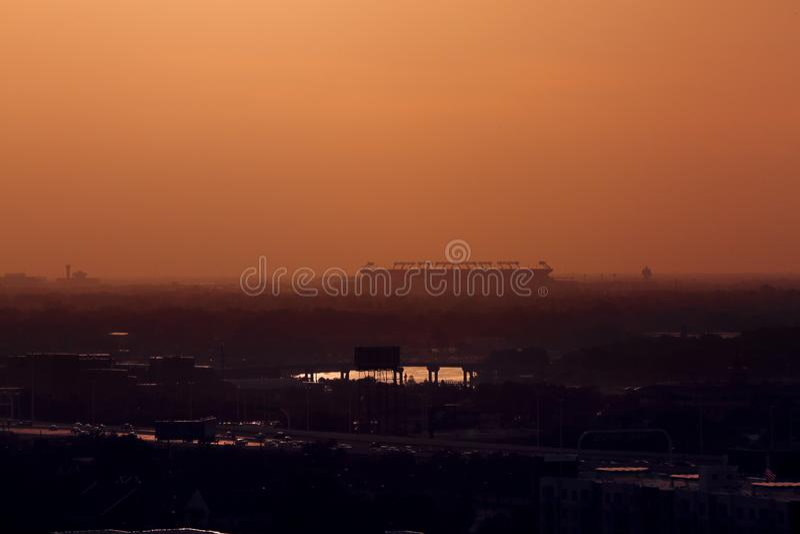Силуэт Raymond James Stadium по мере того как солнце идет вниз в Тампа, Флориду 22-ое июня 2019 стоковое изображение