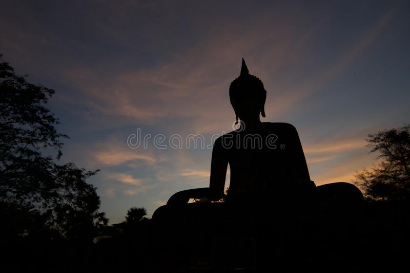 Силуэт Wat Maechon на заходе солнца в парке Sukhothai историческом стоковые изображения rf