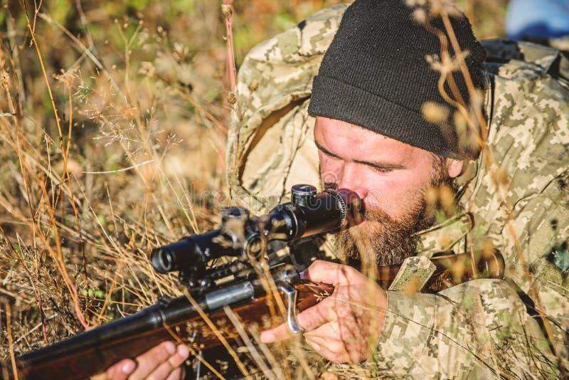 Силы армии Камуфлирование Мода военной формы Бородатый охотник человека Охотиться навыки и оборудование оружия Как поворот стоковые фотографии rf
