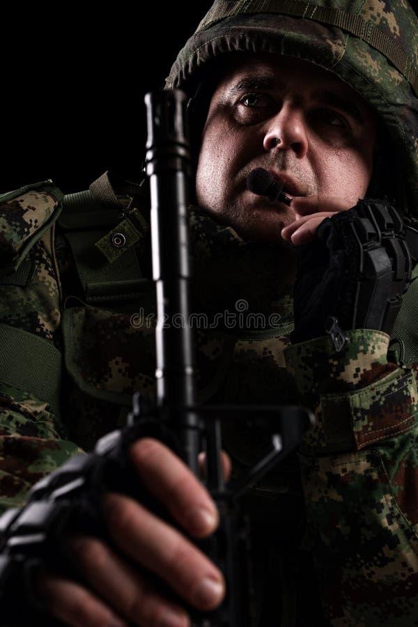 Силы специального назначения солдата с винтовкой на темной предпосылке стоковые изображения rf