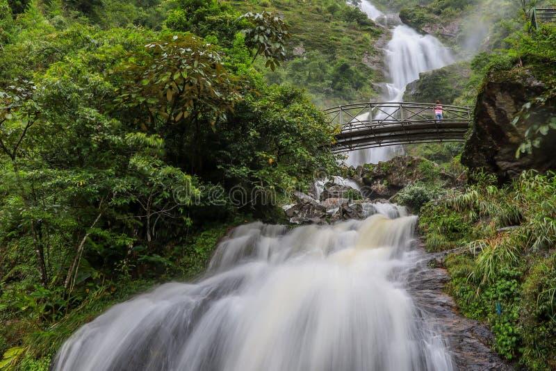 Сильная подача воды и стал-сдобренный мост на серебряном водопаде Bac Thac водопада в Sapa, провинции Lao Cai, северном Вьетнаме стоковая фотография rf