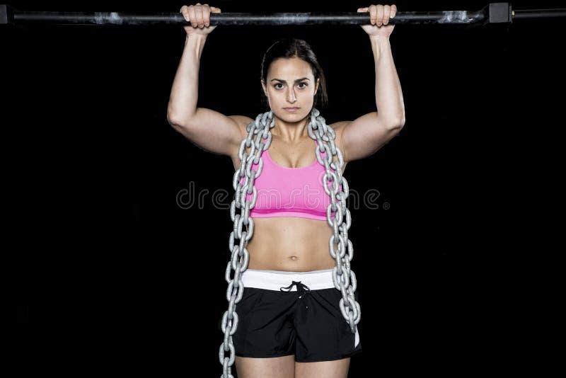 Сильная сексуальная женщина делает тягу вверх стоковое изображение