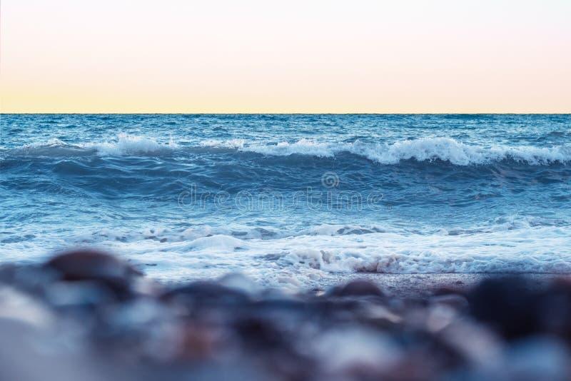 Сильные волны на пляже на заходе солнца черное море Крым, Ялта стоковые фотографии rf