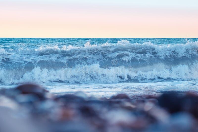 Сильные волны на пляже на заходе солнца черное море Крым, Ялта стоковые фото