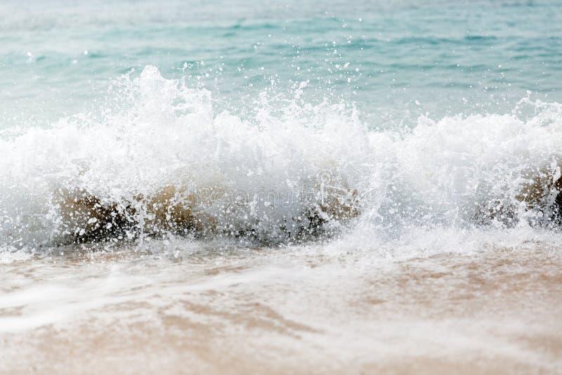Сильные голубые перерывы волны вдоль берега r стоковые изображения rf