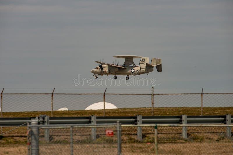 Сильные удары остров, Вирджиния - 28-ое марта 2018: Самолет Hawkeye военно-морского флота на NASA бьет центр стоковые изображения rf