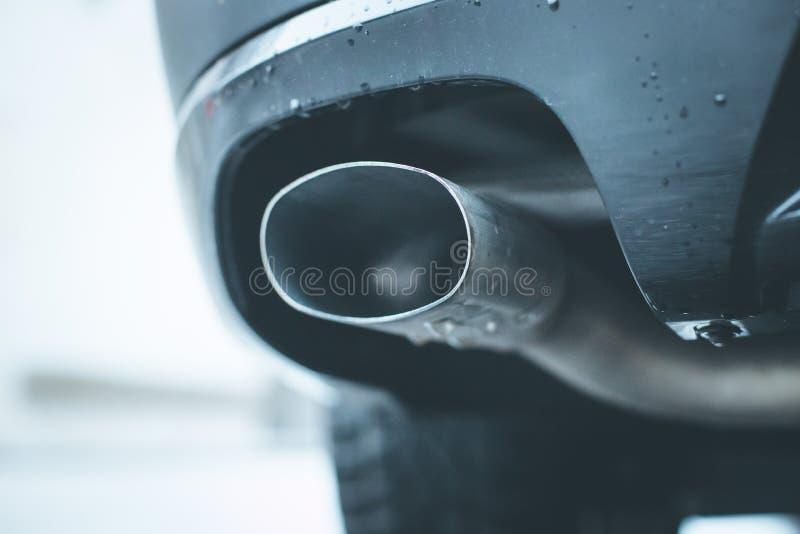 Сильный автомобиль с выхлопной трубой, загрязнением и точной пылью стоковое изображение
