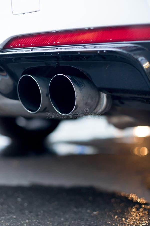 Сильный автомобиль с выхлопной трубой, загрязнением и точной пылью стоковая фотография