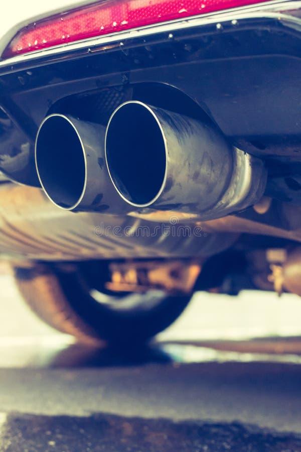 Сильный автомобиль с выхлопной трубой, загрязнением и точной пылью стоковые изображения rf