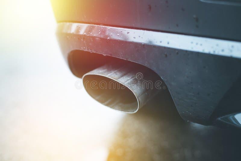 Сильный автомобиль с выхлопной трубой, загрязнением и точным солнечным светом пыли стоковые изображения