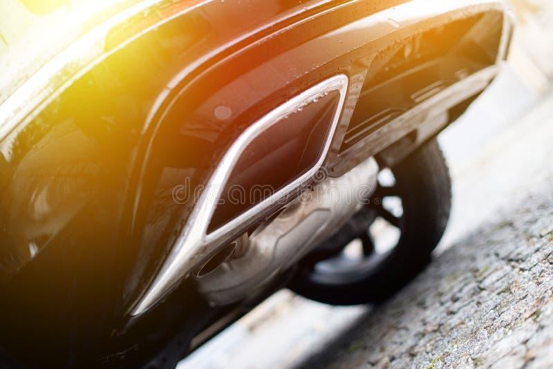 Сильный автомобиль с выхлопной трубой, загрязнением и точным солнечным светом пыли стоковая фотография