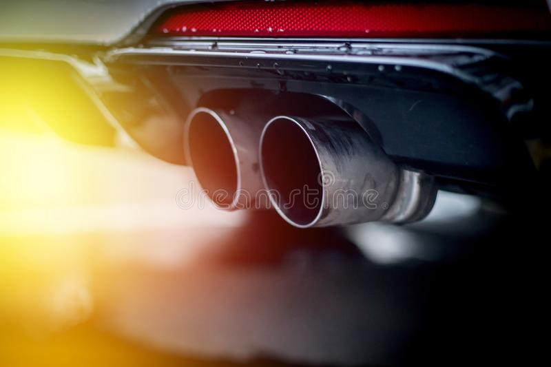 Сильный автомобиль с выхлопной трубой, загрязнением и точным солнечным светом пыли стоковое фото rf