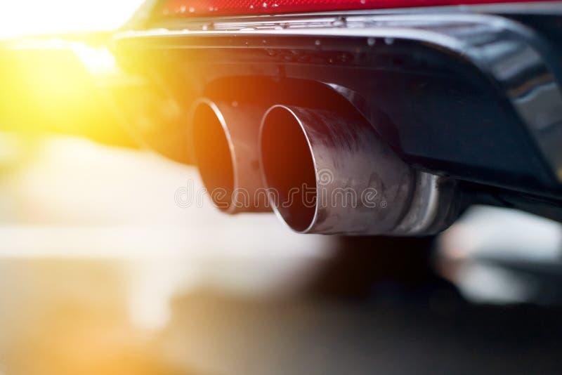 Сильный автомобиль с выхлопной трубой, загрязнением и точным солнечным светом пыли стоковые фотографии rf