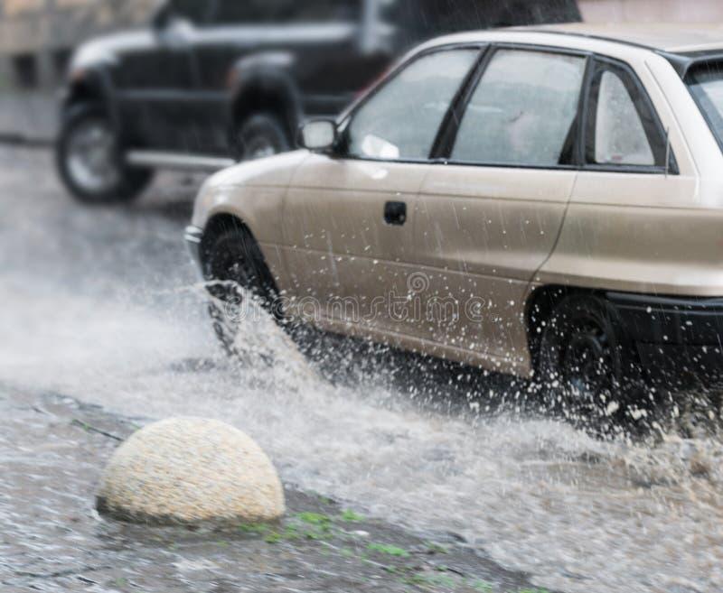 Сильный дождь в городе стоковые изображения