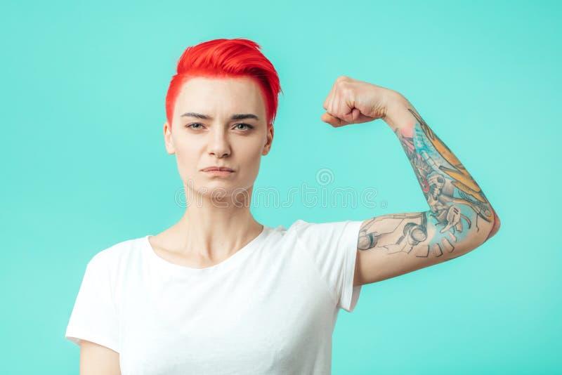 Сильный женский культурист показывая ее оружия стоковая фотография rf