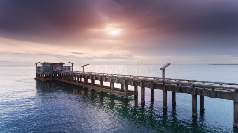 Сильный и длинный мост цемента на гавани стоковые фото