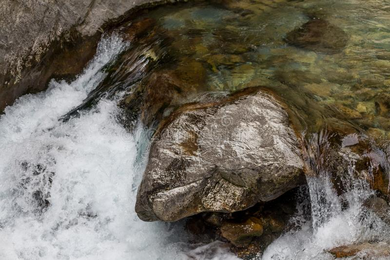 Сильный поток воды в реке горы стоковое фото rf