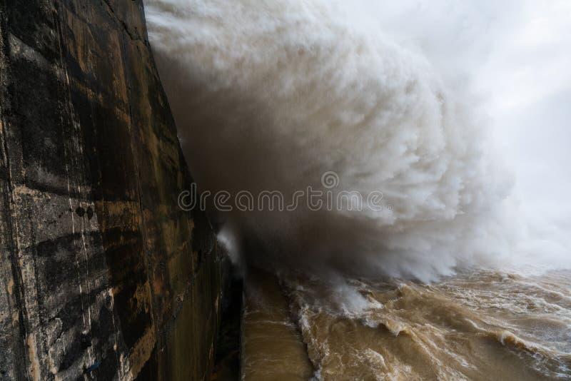 Сильный поток воды на запруде гидроэлектрическом Hoa Binh, Вьетнаме стоковые изображения