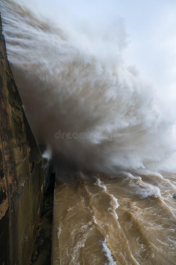 Сильный поток воды на запруде гидроэлектрическом Hoa Binh, Вьетнаме стоковые фотографии rf
