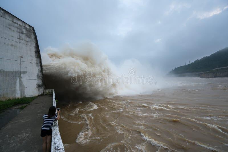 Сильный поток воды на запруде гидроэлектрическом Hoa Binh, Вьетнаме стоковые фото