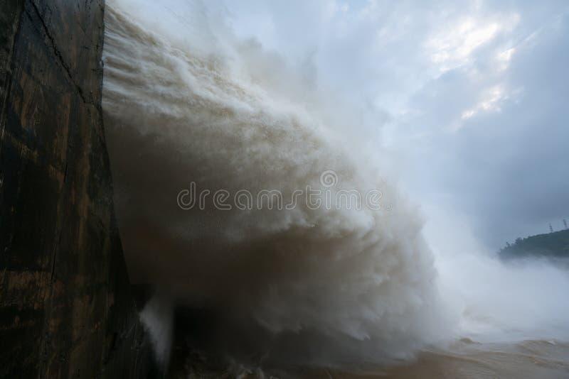 Сильный поток воды на запруде гидроэлектрическом Hoa Binh, Вьетнаме стоковое фото