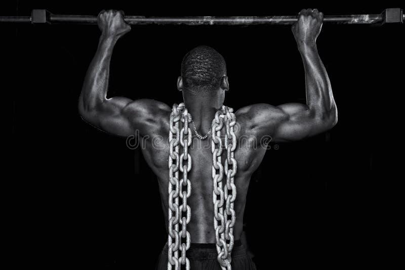 Сильный сексуальный человек делает тягу вверх стоковая фотография
